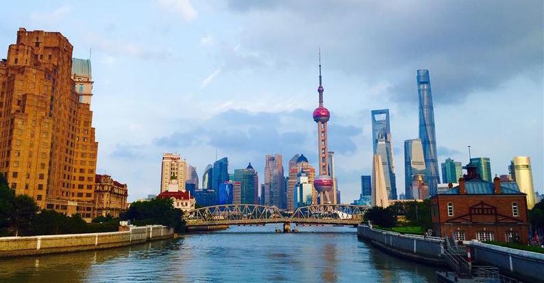 Med Bosch-teknik har Shanghai Tower (h�ga byggnaden till h�ger i bild) utrustats med en avancerad s�kerhetsl�sning som innefattar s�v�l s�kerhetskameror som inbrottslarm och talat utrymningslarm f�r smidig evakuering.