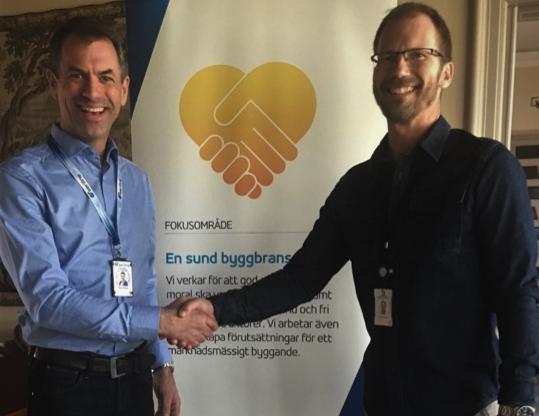 Pierre Parrman, ID06-ansvarig på Seriline och Peter Schyum, affärsområdeschef på Sveriges Byggindustrier, bekräftar ramavtalet med ett handslag.